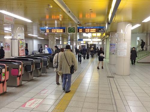 ①ブルーライン戸塚駅改札を出て左に向かいます