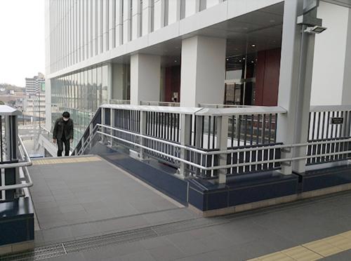 ⑤左手に見えてくる階段に向かいます