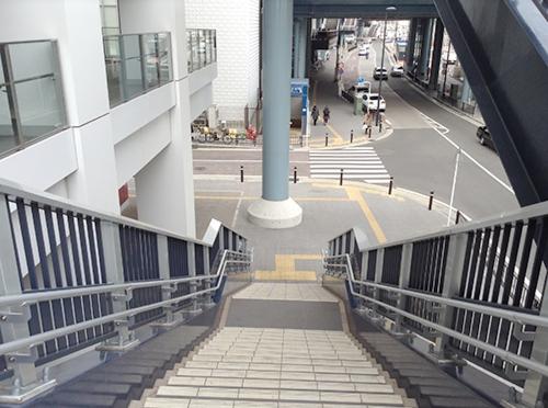 ⑥階段を降ります